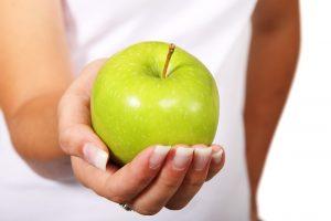zielone jabłko na dłoni