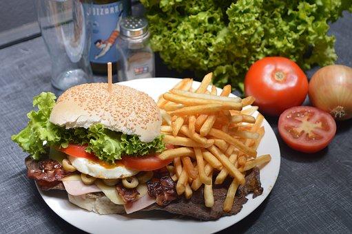 jedzenie typu fast food na stole