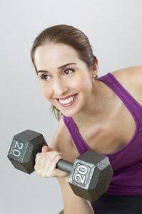 kobieta ćwicząca hantlem