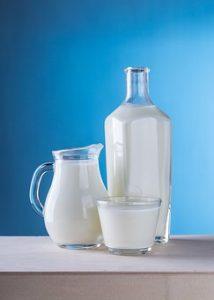 mleko w naczyniach