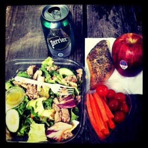 stół ze zdrowym daniem