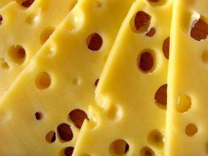żółty ser z dziurami