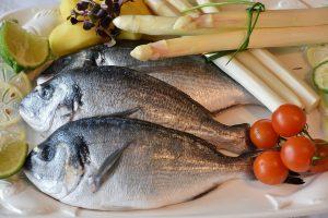 ryby ułożone na talerzu