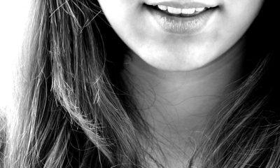uśmiechająca się dziewczyna