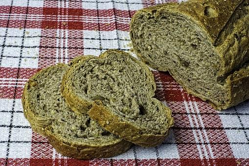 ciemny pieczony chleb