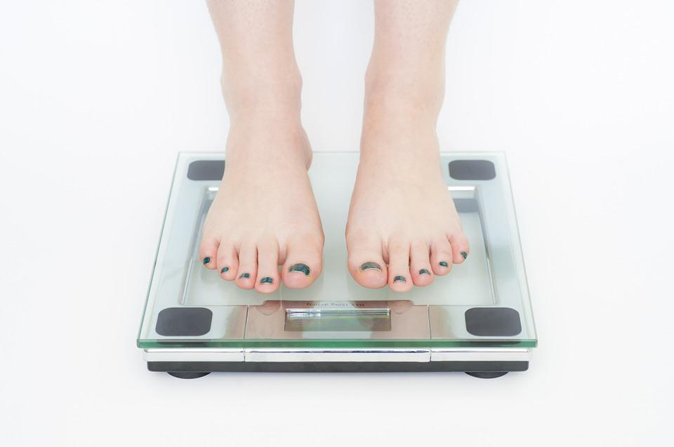 kobieta sprawdza wagę