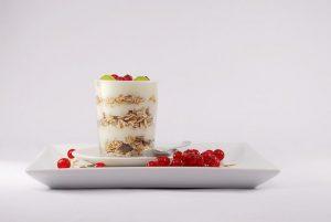 jogurt na talerzu